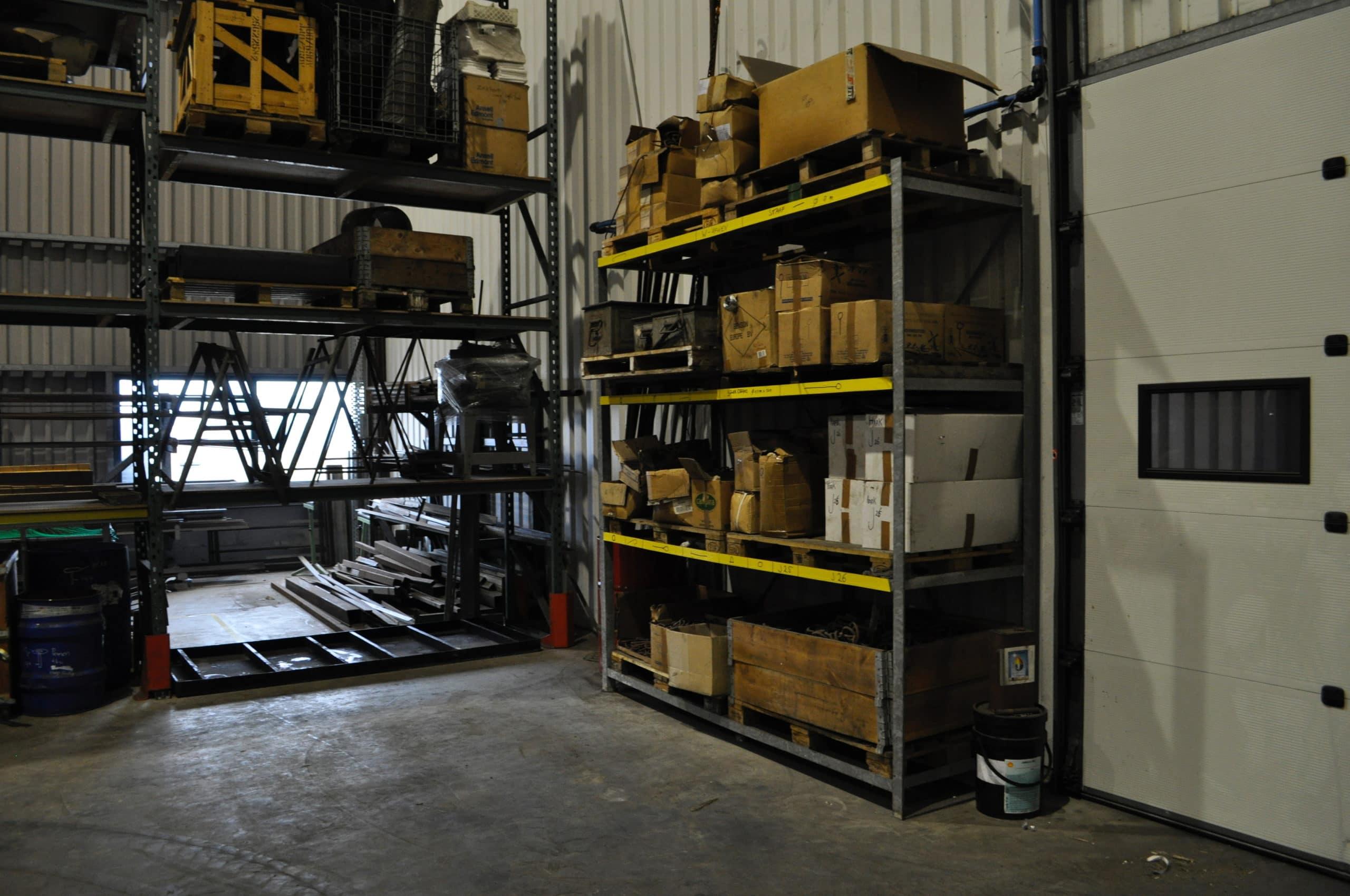 De werkplek is aangepast dor de medewerkers. Er zijn o.a. lekbakken geplaatst.